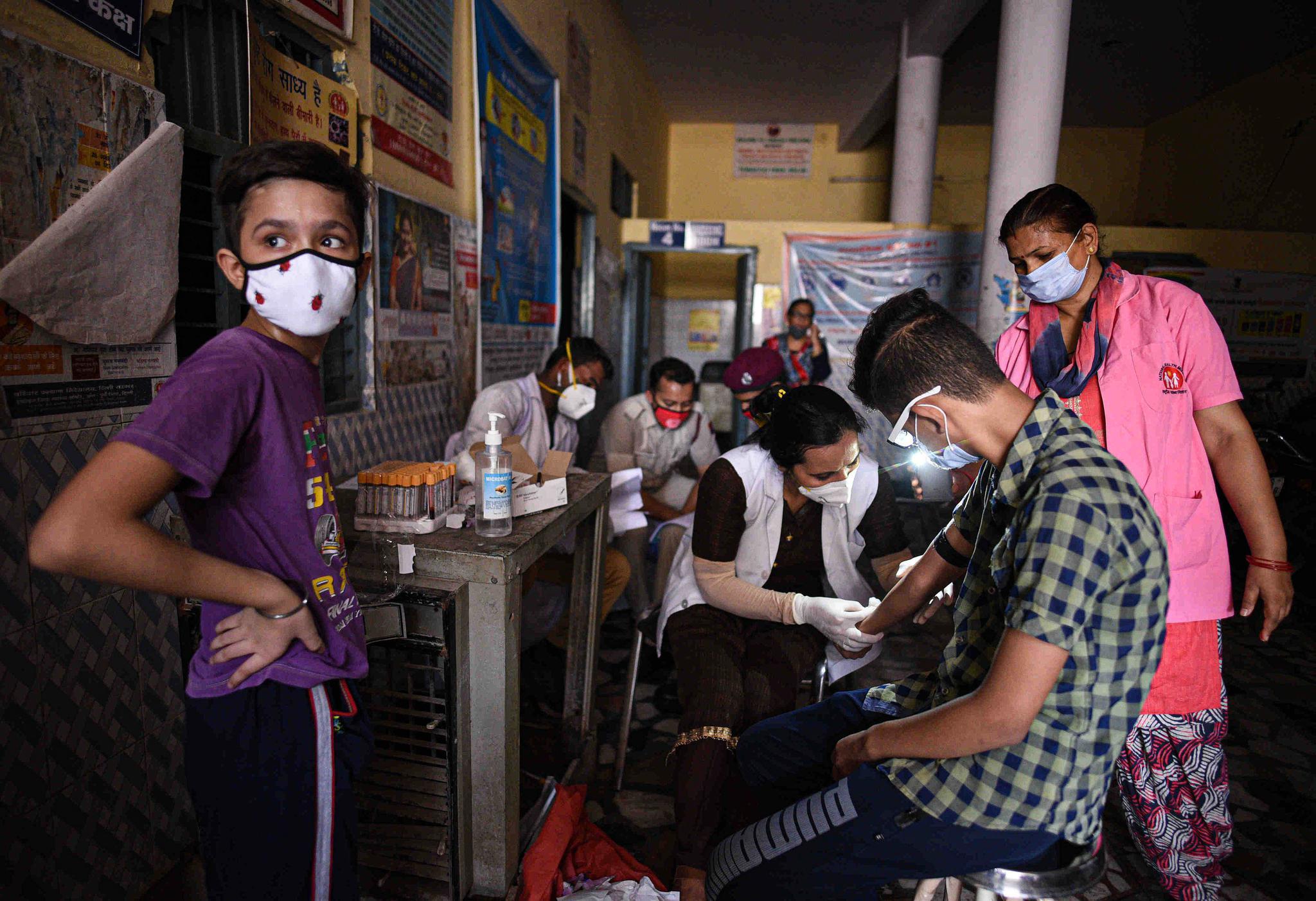印度新增97570例新冠肺炎确诊病例 累计超465万例