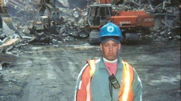 """△""""9·11""""事件发生后 约翰·菲尔在现场从事救援和清理工作(图片来源:ABC)"""