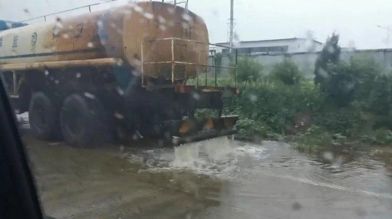 污水处理厂迟迟未开工 山东一企业将废水排到马路上图片