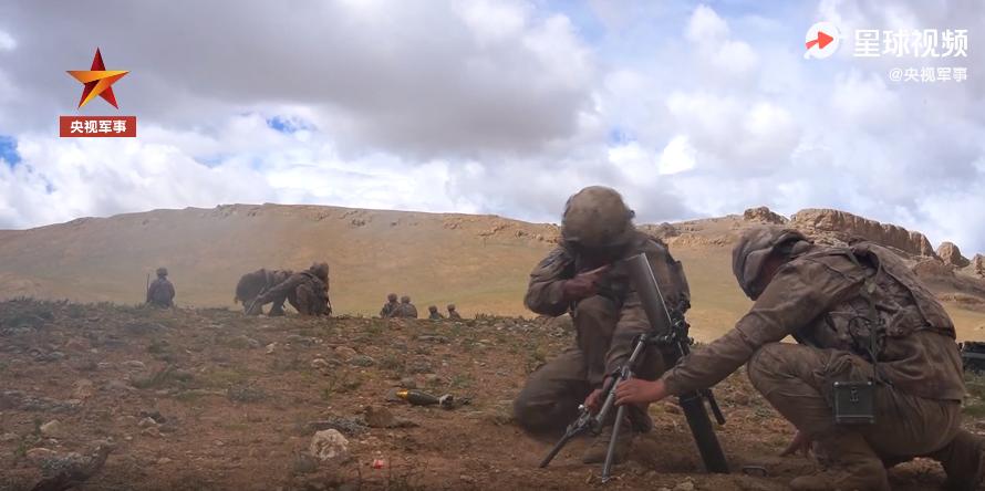 营炮兵分队,身着星空迷彩和下一代单兵体系,利用迫击炮