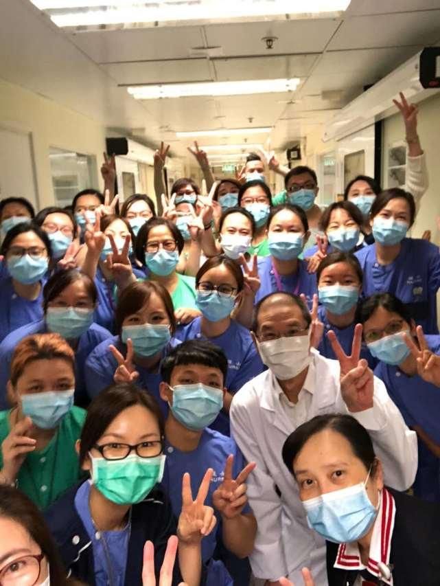 即将结束在隔离病房的支援工作,阿May与并肩战斗的同事们合影留念