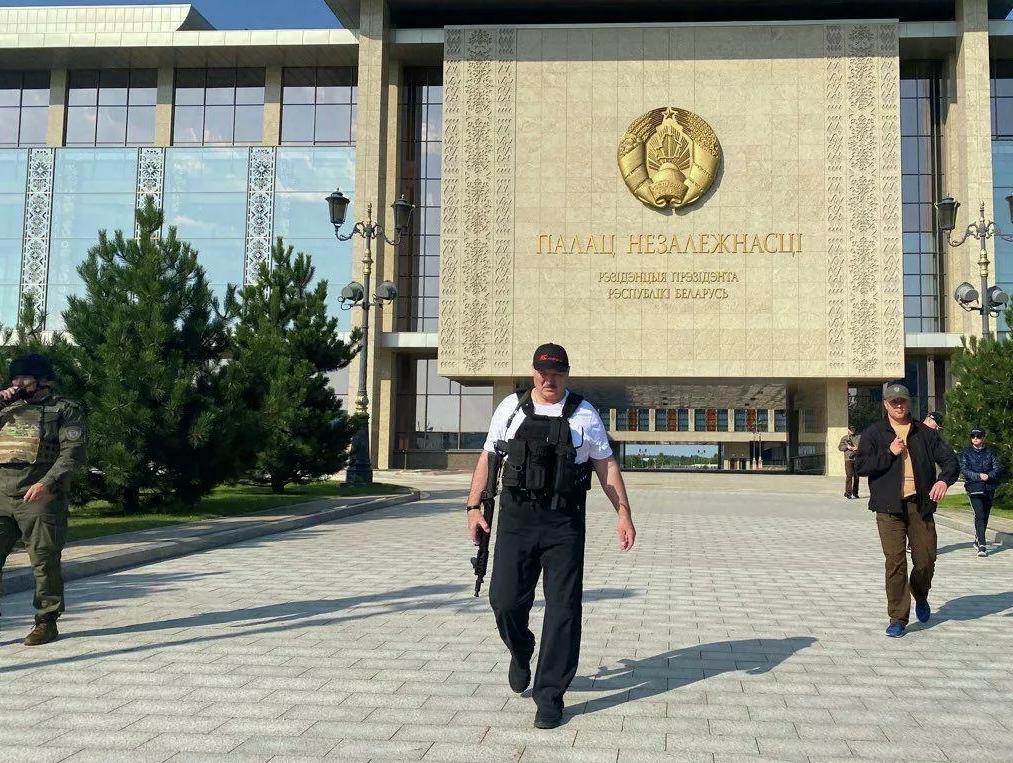 白俄罗斯发生抗议活动,卢卡申科持枪亮相(俄新社)