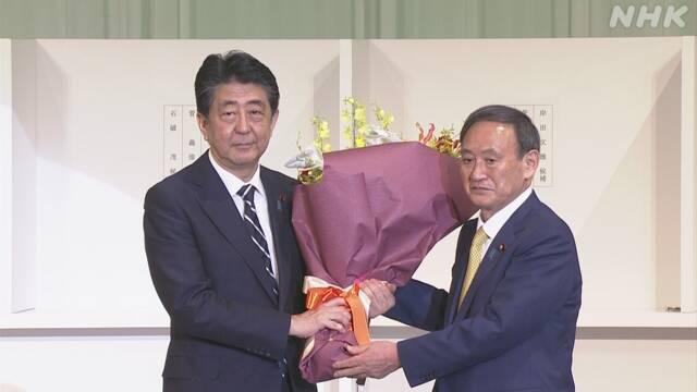 菅义伟向安倍敬献感谢的花束,视频截图