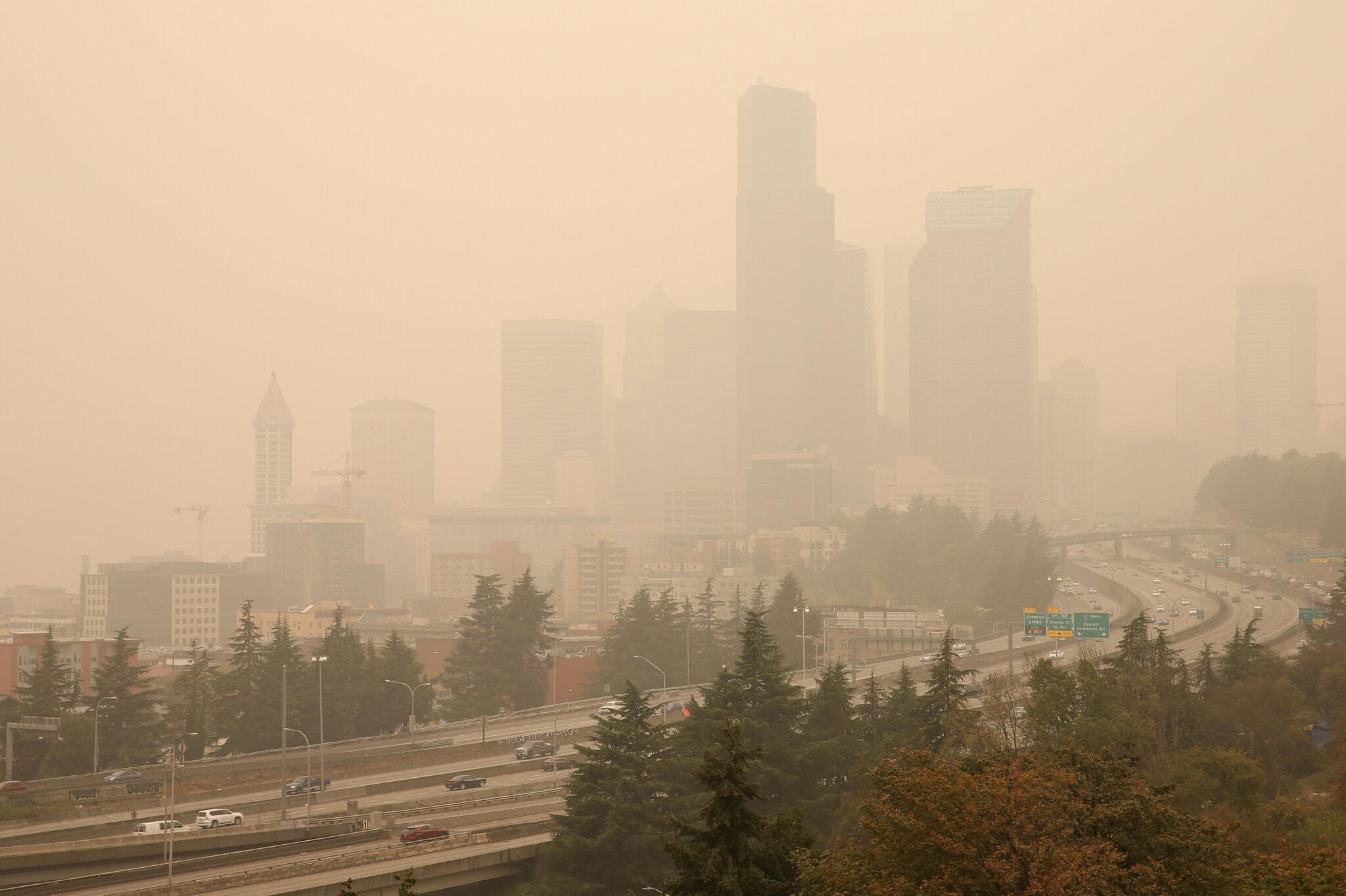 △山火产生的烟尘笼罩着华盛顿州西雅图市 图片来源:《纽约时报》