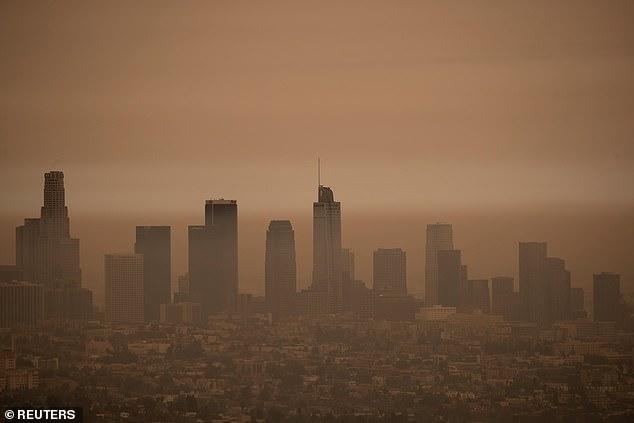图为9月10日洛杉矶的天际线。当天,政府呼吁民众关闭门窗,留在家中。(图:路透社)
