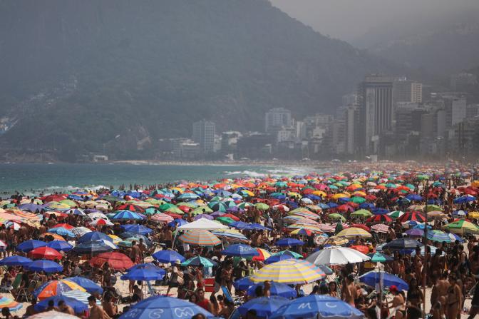 炎热周末 巴西多地民众不顾禁令海边聚集
