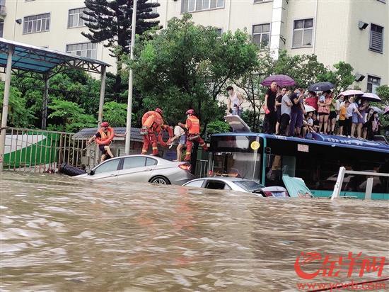 公交车受淹停驶,20名乘客被困
