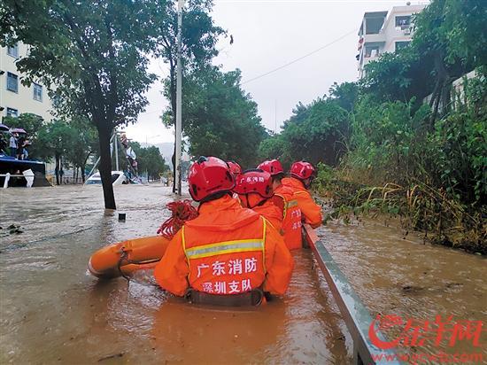消防队员涉水前往救援