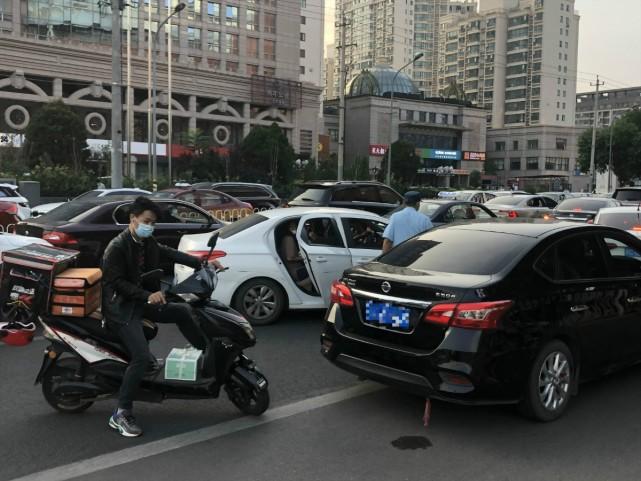 北京:商圈周边路口运营车辆随处停靠上下客,违法!图片
