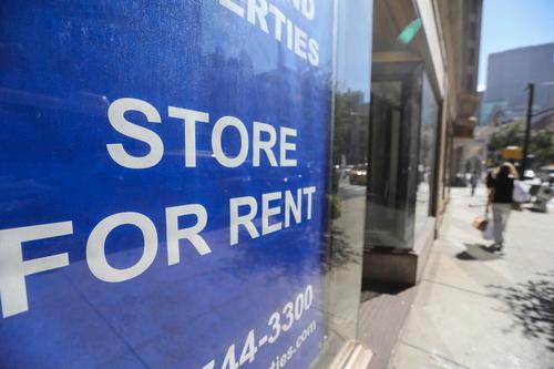 9月4日,行人从美国纽约一家招租的店铺前走过。新华社记者王迎摄
