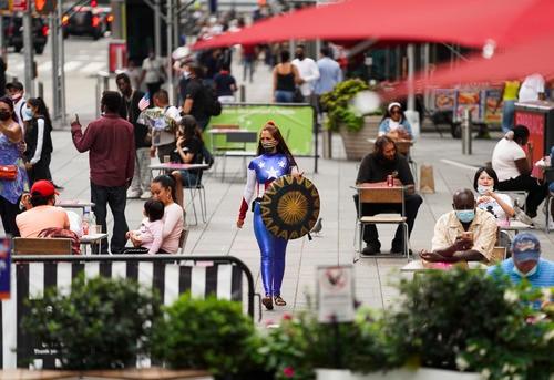 8月19日,一名街头表演者在美国纽约时报广场招揽顾客。新华社记者 王迎 摄