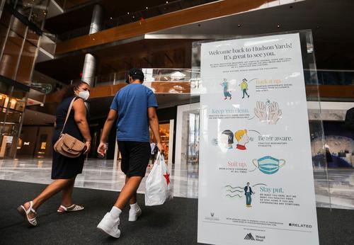 9月9日,纽约的购物中心获准重开。顾客走过美国纽约哈德逊广场购物中心内的疫情防控信息牌。新华社记者 王迎 摄