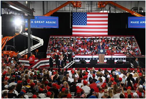 """特朗普当地时间13日在""""极限制造""""的工厂内举行竞选集会"""