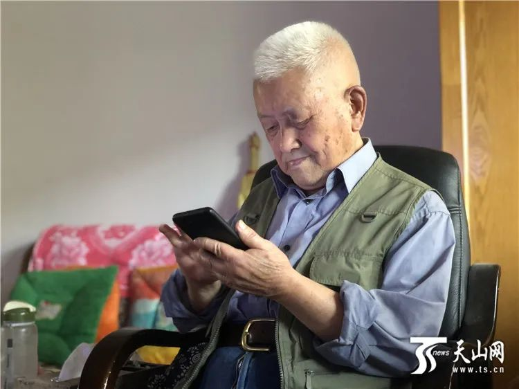"""【媒体看新大】新疆大学88岁老教授""""教无止境""""退休21年常返讲台传授诗词图片"""