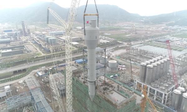 中国化学华工程承建东华能源宁波二期PDH装置、PP装置及罐区项目第一台产品脱气仓起吊
