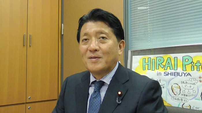 数字担当相平井卓也,62岁,前科学技术担当相,手机一直是最新款