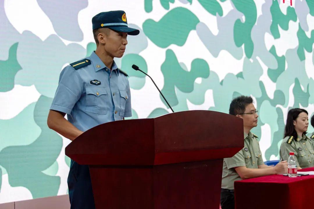▲教官代表钱梦杰谈话(万思邑 摄)