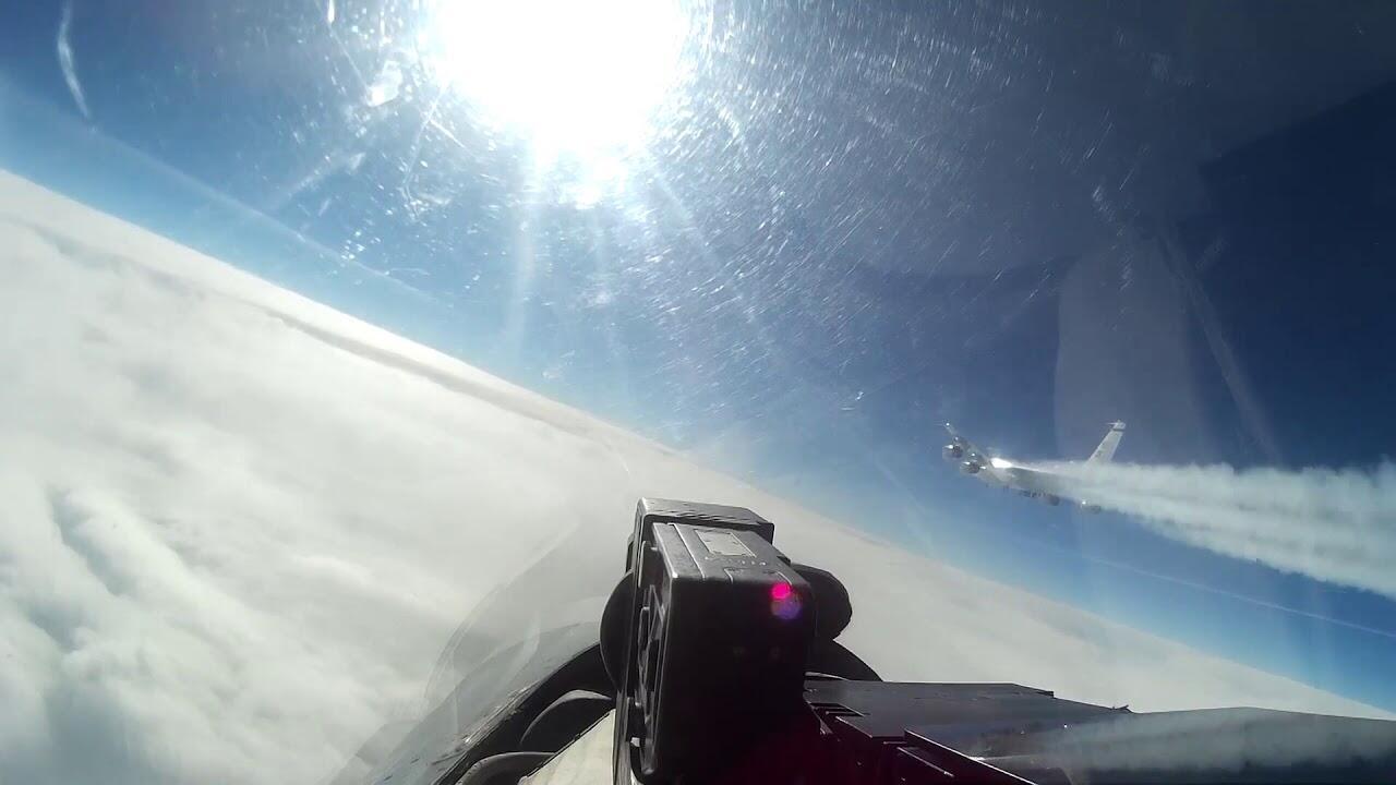 俄军苏-27战斗机拦截RC-135侦察机