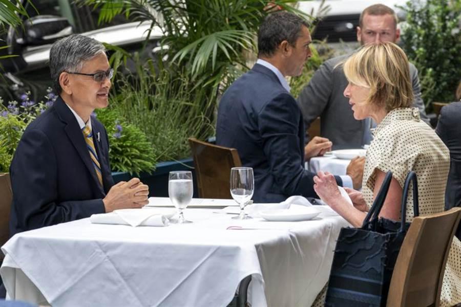 """美国驻联合国大使(右)与""""驻纽约台北经济文化办事处""""处长(左)见面(美联社)"""