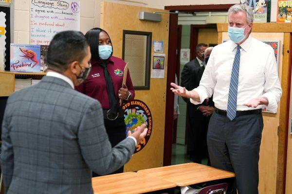 9月2日,纽约市长白思豪(右)视察布鲁克林区的一所小学。(路透社)