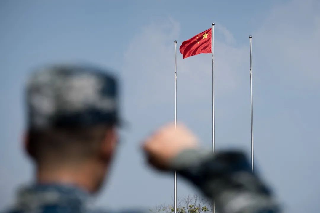 ▲向国旗庄重宣誓( 刘博文 摄)