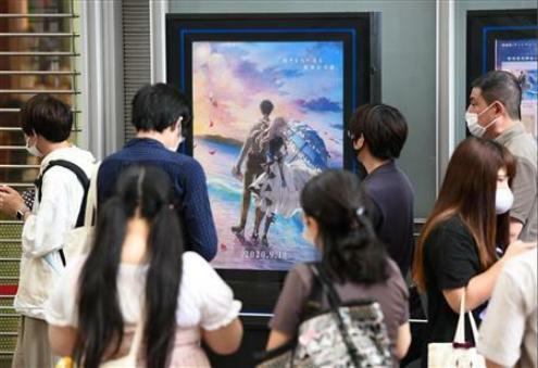 京都市一家电影院门口,众多粉丝等待入场(产经新闻)