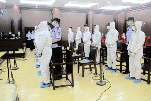 鄂城法院公开开庭审理江某心等12人涉黑案件图片