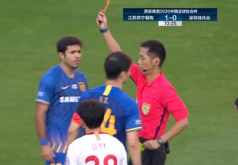 GIF:糜昊伦对埃德尔犯规,两黄变一红被罚下