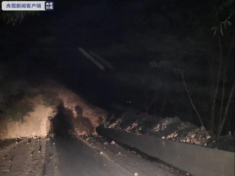 国道248线云南巧家境内发生山体塌方 交通中断图片
