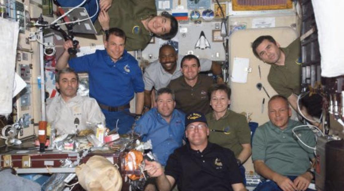 △2008年,国际空间站,利兰·梅尔文(中)与佩姬·惠特森(右三)等人在俄罗斯舱段合影