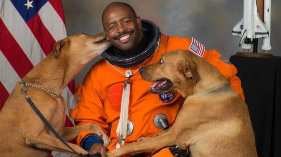 非裔退役宇航员:我不怕去太空,但我怕被警察拦下