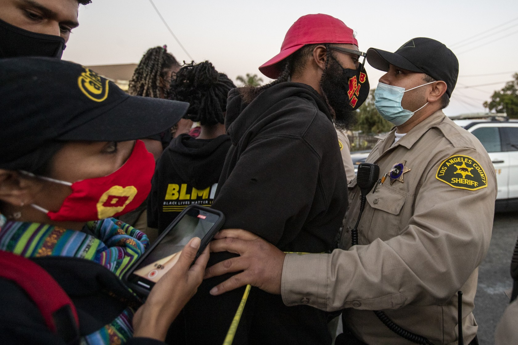 美国加州警方枪击骑车非裔男子 警方称其袭警扔枪