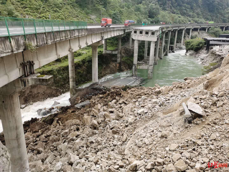 突发!雅西高速山体垮塌致桥梁断裂 道路中断图片