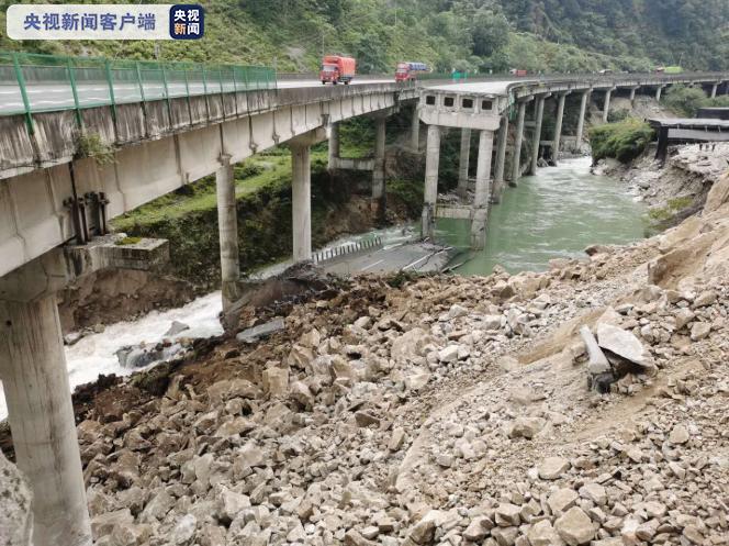 四川G5京昆高速雅西段一处塌方致桥梁断裂 道路中断图片