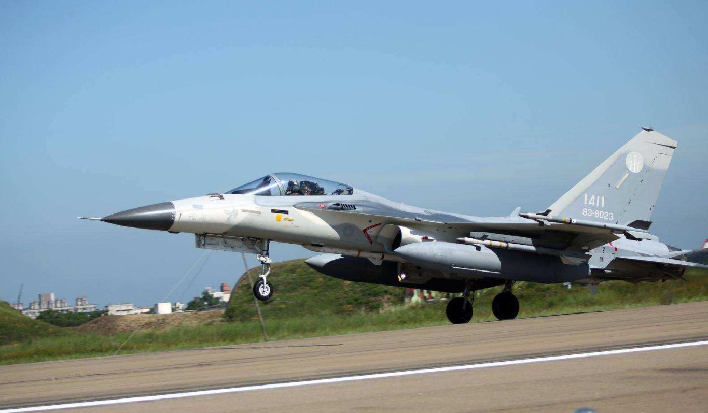 台媒:台军2架战机升空,遭6架解放军战机包夹图片