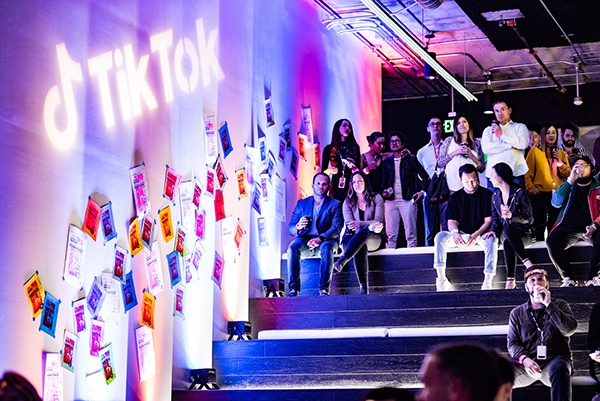 TikTok美国洛杉矶新总部位于洛杉矶卡尔弗城,整体空间充满色彩、活力,体现了TikTok有趣而愉悦的个性。图为公司员工在洛杉矶总部的合影。(图片来源:GA环球建筑)