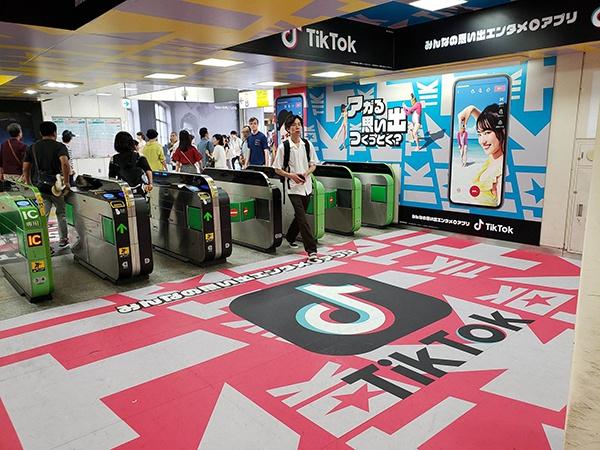 凭借着算法、本土化、推广等方面的优势,TikTok不仅在美国,也在日本、德国、印尼等地大受欢迎,多次登上当地APP下载榜的榜首。图为TikTok在日本地铁的宣传广告。(资料图片)