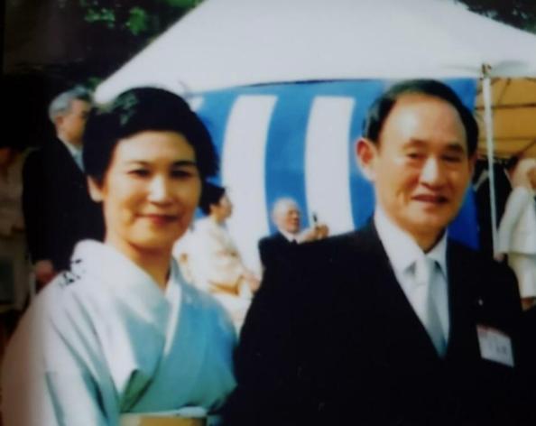 ·菅义伟(右)和真理子。