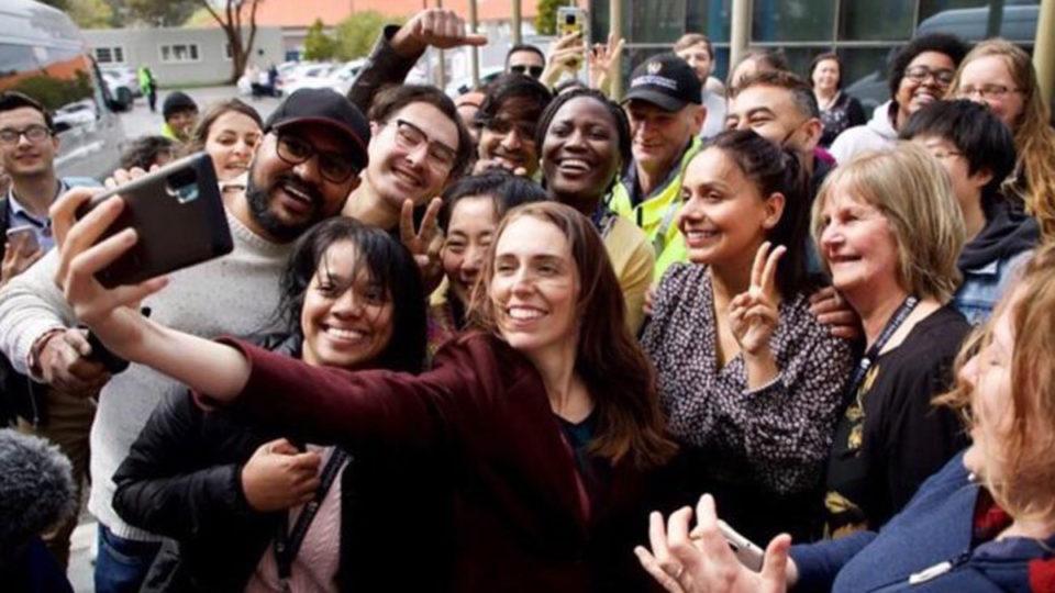 疫情下被众人簇拥自拍 新西兰总理因这张照片道歉了
