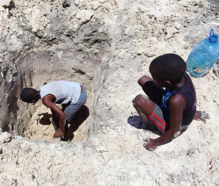 △非洲南部博茨瓦纳挖不到水的孩童,图片来自Shutterstock.com。