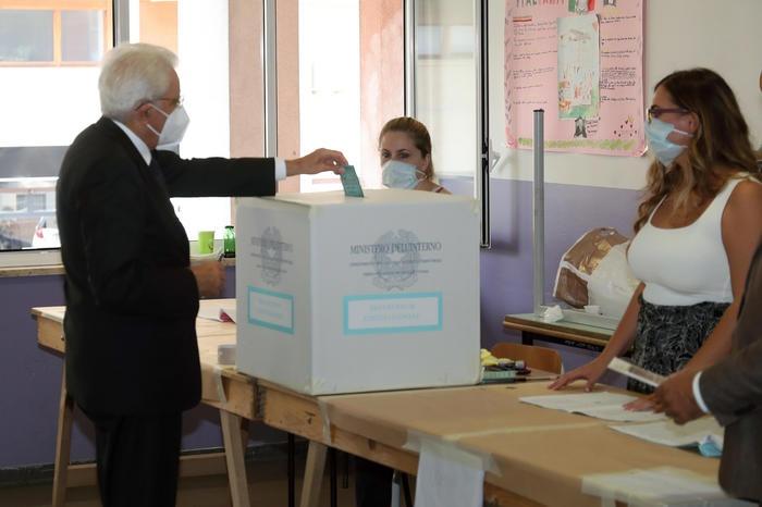 △意大利总统马塔雷拉进行投票(图片来源:安莎社)
