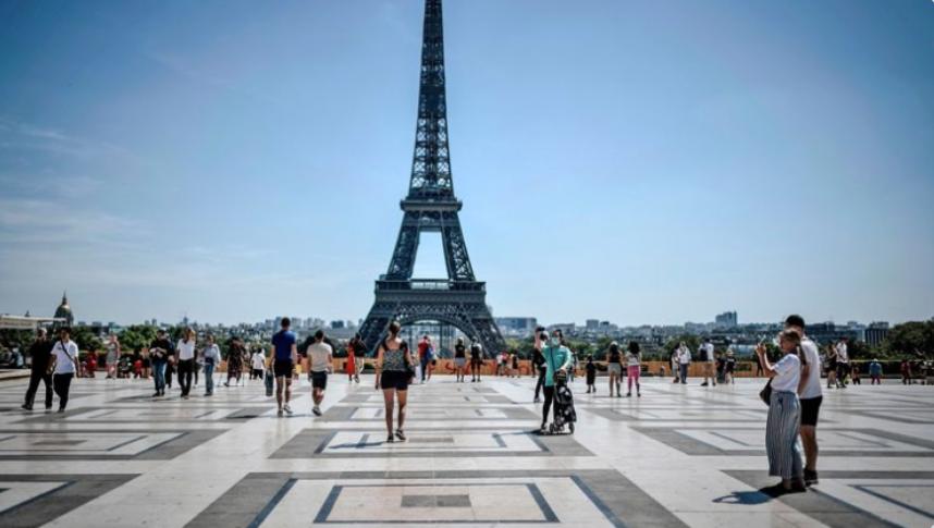 埃菲尔铁塔附近收到炸弹威胁 巴黎警方紧急疏散人群