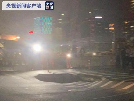 杭州滨江一地铁工地附近路面发生塌陷图片