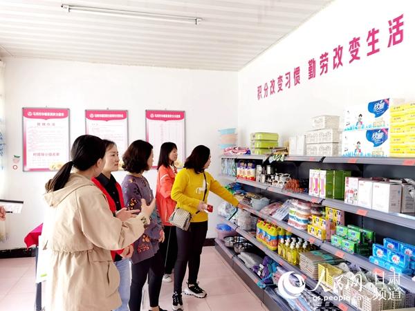 积河村马内超市分商日用的俱一应品高。(全翔 摄)。