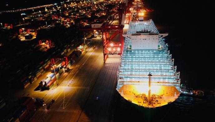 全球首艘2.3万箱双燃料动力集装箱船在洋山港正式投入运营图片