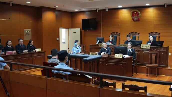 杨浦法院原院长任湧飞因受贿、纵容黑社会性质组织罪获刑7年半图片