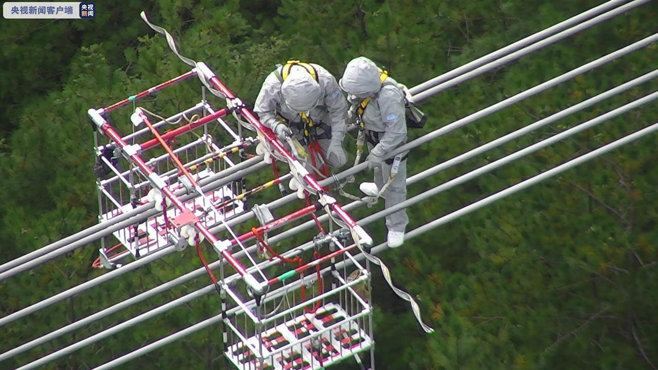 世界首次山地特高压线路直升机带电检修任务顺利完成图片