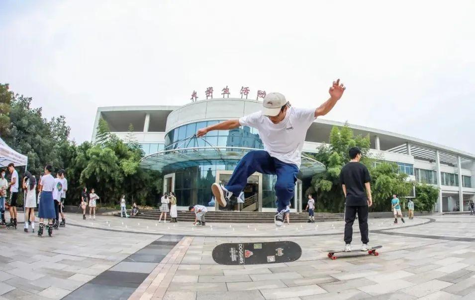 滑板交换体验(侯国涛 摄)