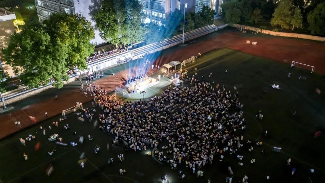 雨中草坪音乐会(孙泊远摄)