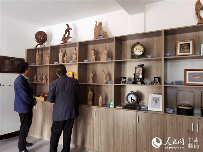 红崖村旅客办事中央内,展示了很多本地的特产及手工成品。(高翔 摄)